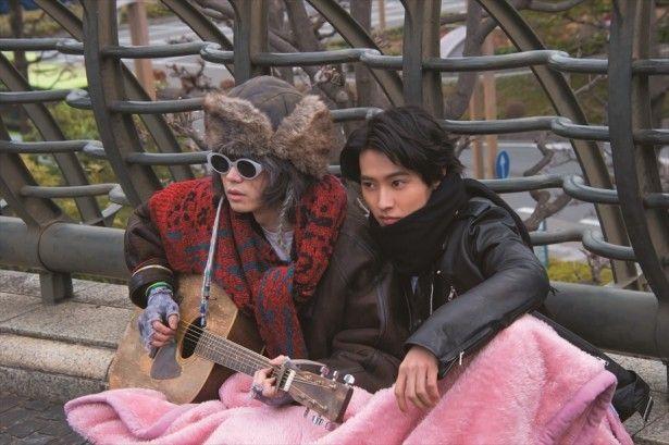 一枚の毛布で仲良く温まる山﨑賢人&菅田将暉