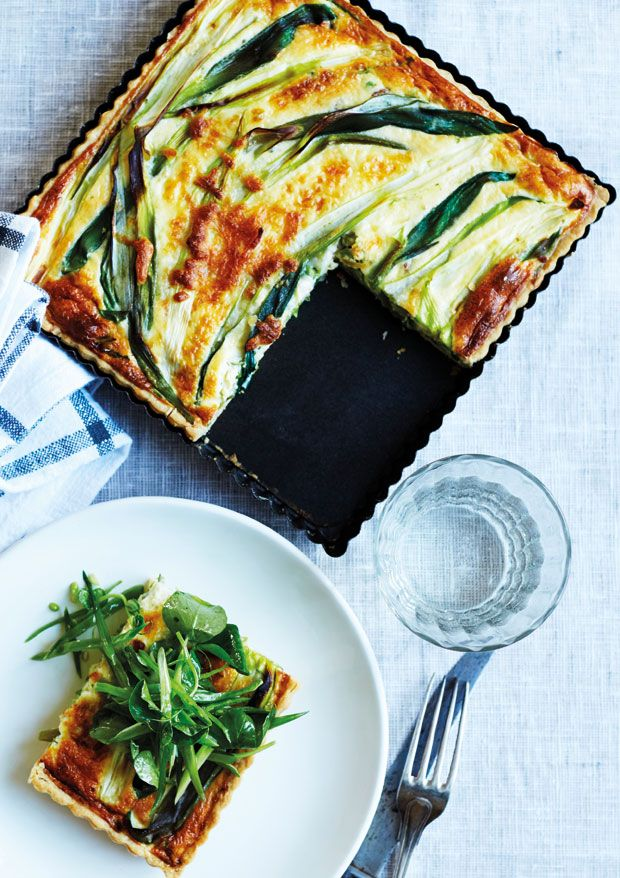 En tærte kan det hele. Du får en sprød bund, cremet midte og en besnærende ostetop. Den kan både spises til aftensmad med en grøn salat til eller som en lun frokost, hvor den ikke kræver andet på tallerkenen end god plads.