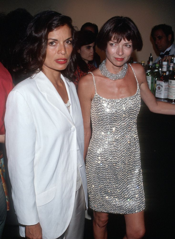 Young Anna Wintour in 1990 with Bianca Jagger