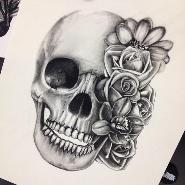 caveira e flores tattoo
