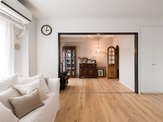 <p>リビング隣の個室は、引き込み戸にしてフルオープンできる仕様に。奥の部屋の家具と色調を揃えた建具枠が効いてます。</p>