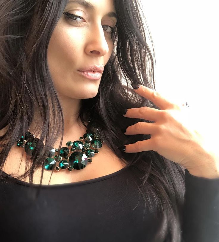 Let them be envious 🌲*New ENVY Green Emerald Crystal necklace #shopArtemis . #Fashionjewelery #Fashion #Statement #Neckpiece #Emerald #Swarovski