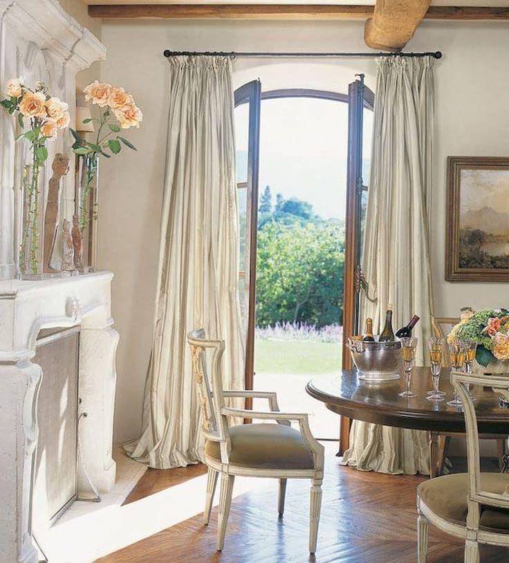 ALREDEDOR DE A MESA  En el sur de Francia, la vida gira en torno a una mesa grande, sólida y de madera. Un lugar de reunión para la familia y los amigos en torno a una suculenta comida y un buen vino. Una villa en el sur de Francia | Ventas en Westwing