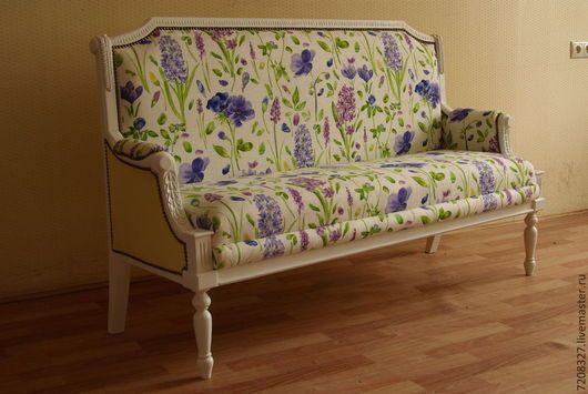 Мягкий удобный диванчик в классическом стиле  для гостиной, столовой или прихожей. С элементами ручной резьбы.
