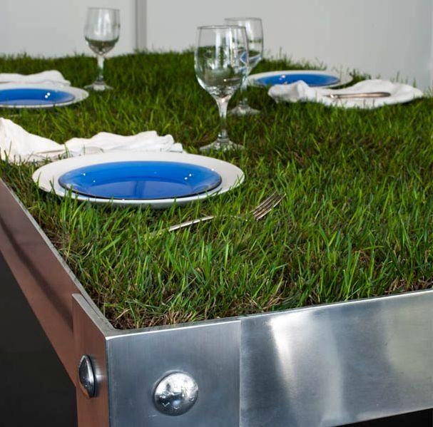 Зеленый стол с травой оживит интерьер дома или дачи. Травяной покрытие стола может быть как искусственным, так и живым. Несколько примеров столов с газоном.