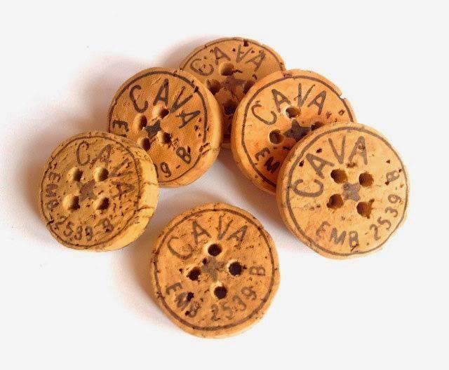 Botones con tapones de corcho ¿Quieres unos botones naturales, ecológicos y originales? Corta en laminas los tapones de corcho, hazle unos agujeros para pasar el hilo y ya los tienes.