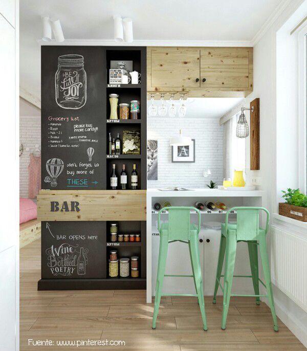 Del otro lado de la cocina, y aprovechando la barra, se armó este bar con pared de pizarrón.
