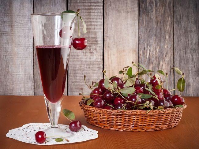Вишнёвый крюшон с шампанским и красным вином.