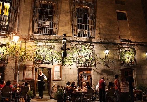 La Latina è uno dei quartieri di Madrid da visitare per la vita notturna. Molti i ristoranti e i bar dove mangiare le tapas. http://www.marcopolo.tv/spagna/la-latina-madrid-quartieri