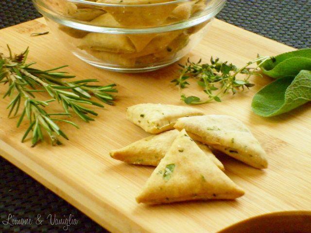 I biscotti salati alle erbe sono dei biscottini leggeri e croccanti ottimi da servire per un aperitivo accompagnati dalle vostre salse preferite