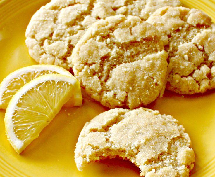 Θέλεις να φτιάξεις ένα νόστιμο γλυκό χωρίς να περάσεις όλο το απόγευμα στην κουζίνα; Τι θα έλεγες να ετοιμάσεις μπισκότα λεμόνι; Μπορείς να ακολουθήσεις μία εύκολη συνταγή που θα ενθουσιάσει οικογένεια και φίλους. 5 υλικά στο μίξερ, 12 λεπτά στον φούρνο και τα μπισκότα σου είναι έτοιμα! Υλικά που θα χρειαστείς: 1 φλ. βούτυρο 3/4 φλ. ζάχαρη 1 αυγό 1 κ.γλ. εσάνς βανίλιας ξύσμα 1 λεμονιού 2 φλ. αλεύρι για όλες τις χρήσεις 1 πρέζα αλάτι Εκτέλεση: Χτυπάμε σε ένα μπολ το βούτυρο με τη ζάχαρη μ...