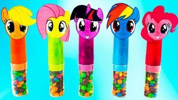 My Little Pony Capsules with candy and Surprise Eggs  learn colors for Kids http://video-kid.com/9204-my-little-pony-capsules-with-candy-and-surprise-eggs-learn-colors-for-kids.html  В этом видео мы открываем капсулы с конфетами и яйца с сюрпризами Май литл пони. А также учим цвета по-английски.