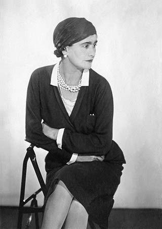 Coco Chanel la première à travailler la maille jersey pour des tenues chics et décontractées