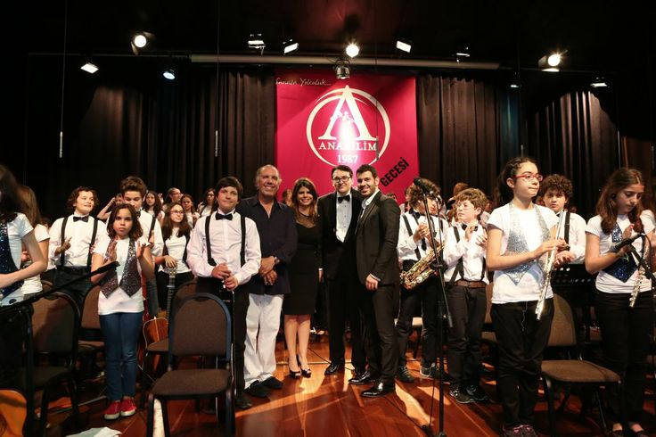 """Bu yıl ödüllü başarılara imza atan  Lise Pop/Rock Orkestrası'nın mini bir konser verdiği Anabilim Kültür ve Sanat Gecesi'nin finali, Erkoç'a takdim edilen teşekkür plaketi ile sona erdi. 25 İlde 25 Çocuk sosyal sorumluluk projesine verilen desteğin çok anlamlı olduğunu belirten Anabilim İcra Kurulu Üyesi Seda Zeynep Aytaçlı, """"Sayın Fatih Erkoç'a tüm öğrencilerimiz ve kampanyaya bugüne kadar destek veren herkes adına teşekkürlerimi sunmak istiyorum."""" dedi."""