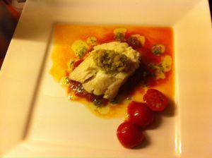 Gebakken scholfilet met geroosterde tomaten,basilicumdressing en een groene olijventapenade.
