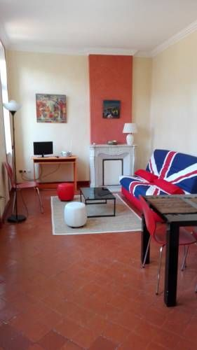 appartement face cath�drale B�ziers Located 100 metres from Saint-Nazaire Cathedral, appartement face cath?drale offers accommodation in B?ziers. The unit is 1.5 km from Beziers Arena. Free WiFi is available .  A microwave and a toaster can be found in the kitchen.