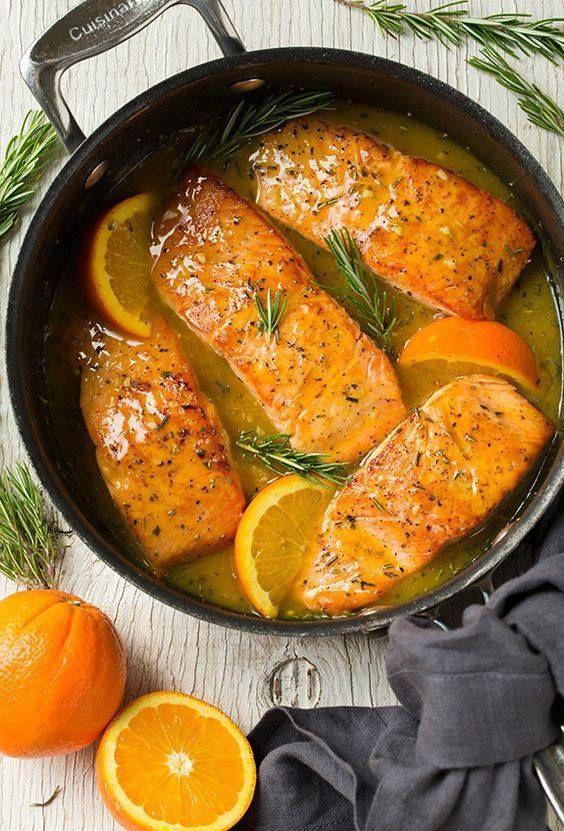 salmón en salsa de naranja, ajo y romero