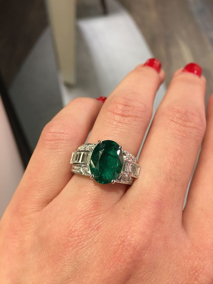 On a spring tone, this green, full of hope, captivate us... #waskoll #paris #emerald #diamond #baguette #ring #spring #green