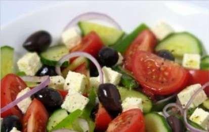 Insalata greca - Oggi vi propongo la ricetta per realizzare una deliziosa insalata greca, è facilissima da realizzare e tutti gli ingredienti sono facilmente reperibili, provatela anche voi, vedrete che sarà un piacere portare in tavola qualcosa di diverso.