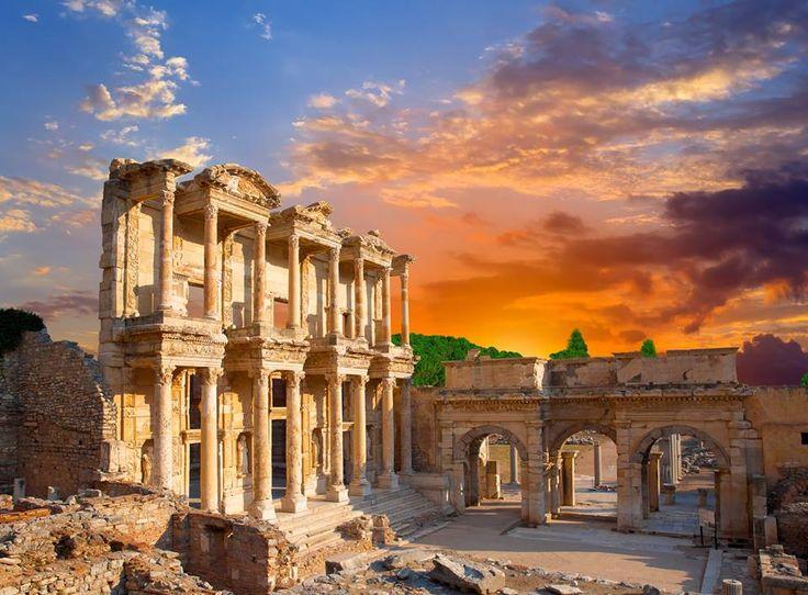 """Efes Antik Kenti - Selçuk - İzmir   Dünya Miras Listesine alınan """"Efes"""" tarih öncesi dönemden başlayarak Helenistik, Roma, Doğu Roma, Beylikler ve Osmanlı dönemleri boyunca yaklaşık 9000 yıl kesintisiz yerleşim görmüş ve tarihinin tüm aşamalarında çok önemli bir liman kenti ve kültürel ve ticari merkez olmuştur."""
