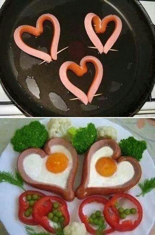 salchichas con huevos en forma de corazon