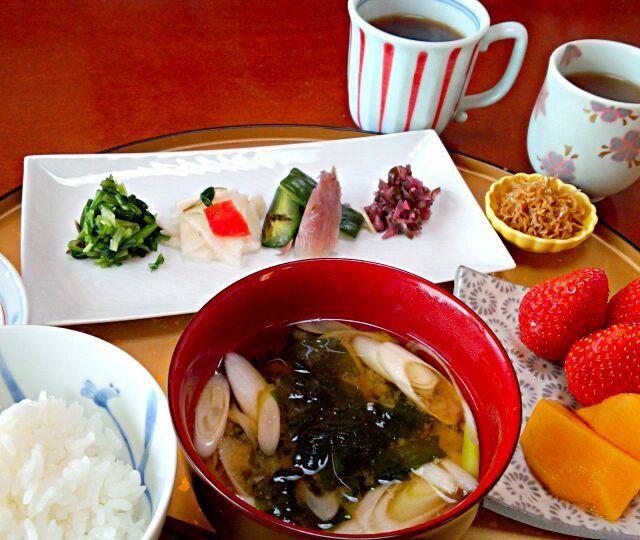 我が家用に買って来た、京漬け物で朝ご飯(^^) 左から、みぶ菜、きざみ千枚漬け、浅しば、みやこ漬け[きざみしば漬け]おじゃこ、海苔、果物ほうじ茶、いつものグアテマラコーヒー 思わず、おかわりしてしまいました^^; シンプルで美味しい朝食でした(≧∇≦)b 満足、満足(^^)!今、宅急便でその他のものは届きました早い!手で持って帰って来なくてもよかったかも^^;?? - 100件のもぐもぐ - 京漬け物で朝食 美味し~い(@^▽^@) by kzsyk