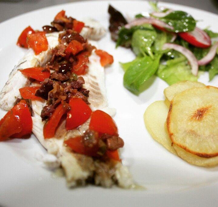 Filetto di #branzino con #tapenade di olive e capperi, #chips di patate e insalatina mista