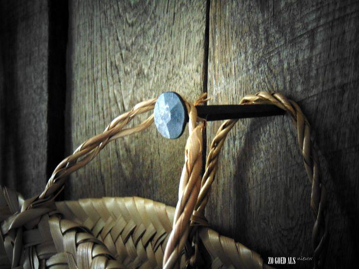 stoere grote spijkers in de houten wand van de hal stoer. Black Bedroom Furniture Sets. Home Design Ideas