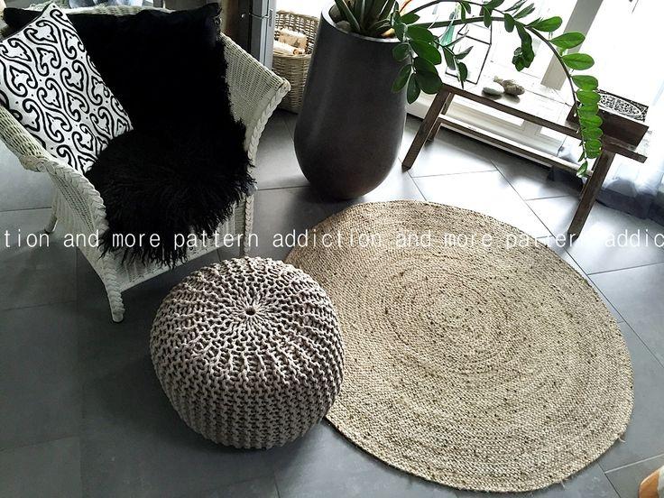 Salon ethnique et chaleureux, avec maille tricot, tapis en cisal, et fauteuil en rotin. Jolie plante verte dans son vase en fibre de verre anthracite.