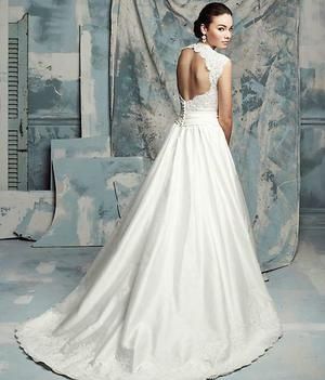 This boutique sample Paloma Blanca 4101 wedding dress not only has an AH-Mazing open back, it also has pockets!