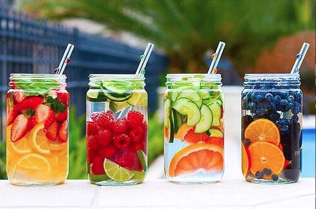 El agua de fruta es una gran manera de asegurarte que estas recibiendo la cantidad diaria recomendada de agua, pero de una manera totalmente diferente...
