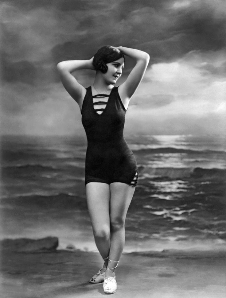 23 interesting vintage photos that show how swimsuits evolved from the Victorian era to the bikini age