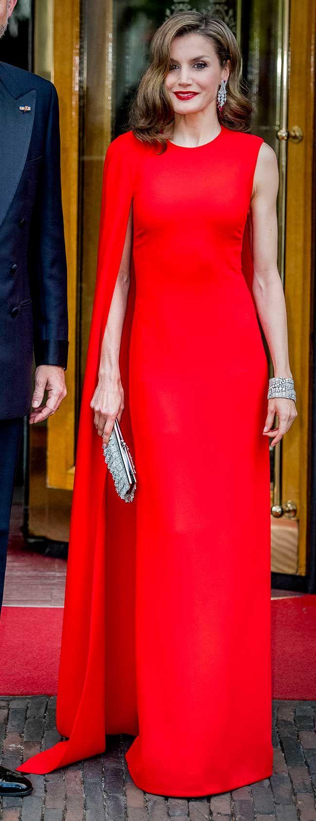 La Reina Letizia ha brillado con un espectacular vestido capa rojo de Stella McCartney en el 50 cumpleaños del rey Guillermo de Holanda.