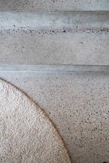 slipt betonggulv med farget tilslag