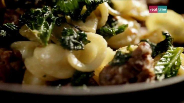 Cucina con Ramsay # 27: Orecchiette con polpette di manzo, cavoli e pinoli Questa ricetta è la variante di Ramsay al classico piatto pugliese delle orecchiette con cime di rapa,acciughe e peperoncino. Al loro posto mette verza e polpette. INGREDIENTI: 500 gr. di orecchiette secche 2 spicchi di aglio sbucciati e affettati Olio di oliva per friggere 200 gr. di verza o...