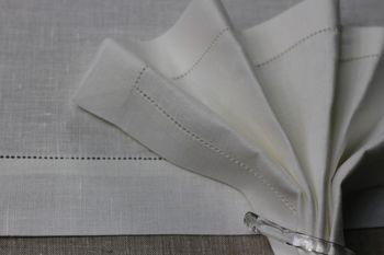 Serwetka lniana wykończona mereżką w kolorze złamanej bieli. Rozmiar 45x45.