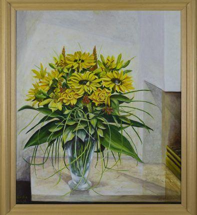 Glazen vaas met gele bloemen op schoorsteenmantel, 1998  Olieverf op linnen, afmeting 60 x 70 cm  Een arrangement van de zomerbloemen gele roos en lelie, aangevuld met hypericum (hertshooi, besjes) en bladmateriaal. De glazen vaas is op een schoorsteenmantel bij de open haard geplaatst. Het vrolijke   arrangement steekt af tegen de strakke, moderne omgeving, waarbij het boeket van alle kanten veel licht krijgt. Het werk is gemaakt voor Ria, met oudejaarsdag 1998 als datum.