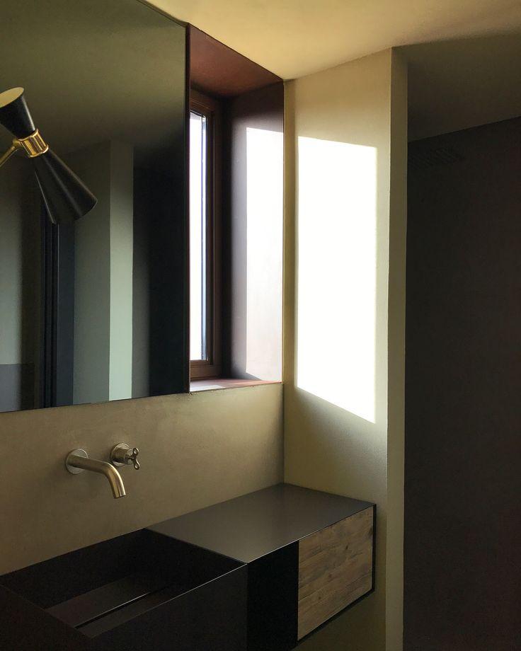 Bathroom Design by Moab80 a Villa Camilla Apulia Bagno di design,mobile sospeso in lamiera verniciata e cassetto in legno naturale. Rubinetteria Bongio e lampada cono da muro vintage