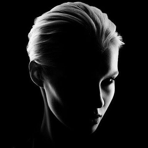 We love  dit zwart wit portret en de creatieve manier waarop het light valt van fotografe Martina Müller. ➡️ #hetfotografieinstituut #fotografiecursus #onlinefotografiecursus #bestefotos #zwartwit #blackandwhite #portretfotografie #schaduw #licht