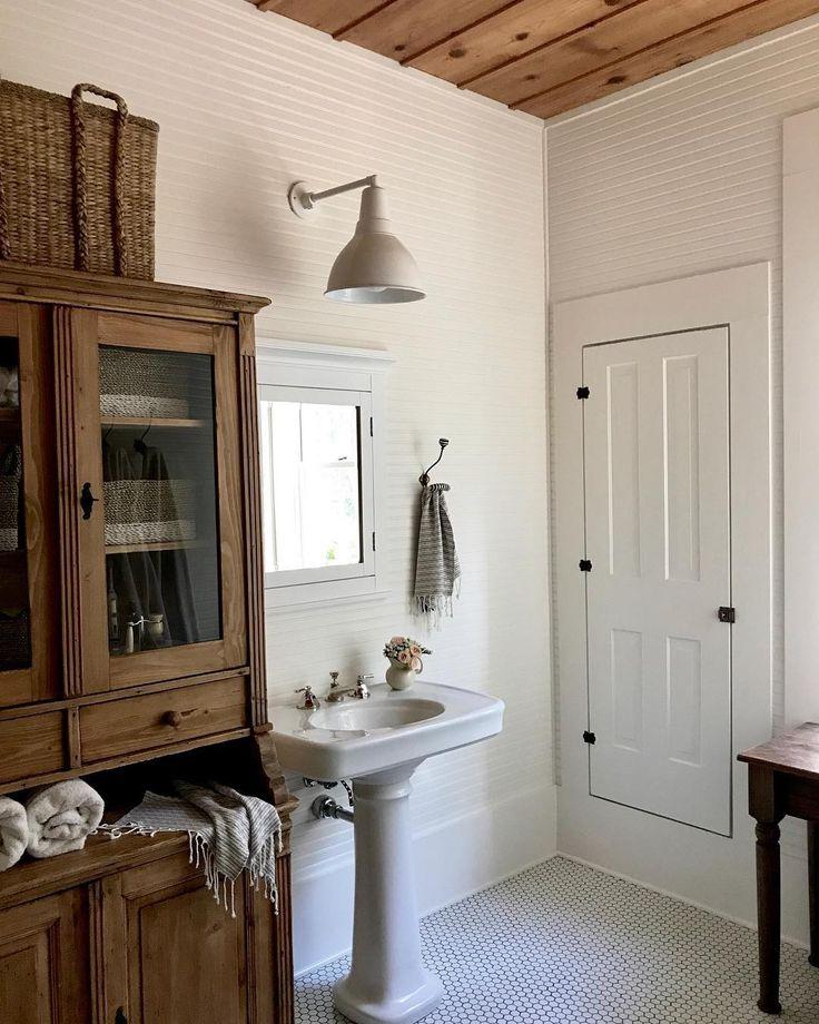 Farmhouse bath. White and wood.