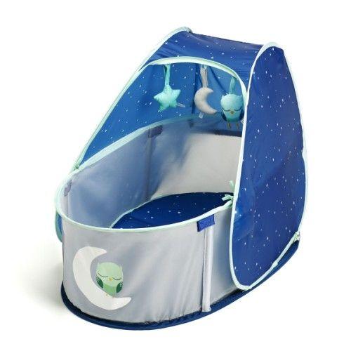 Voici un petit lit d'appoint pratique et facile à utiliser. Il est parfait pour les déplacements de bébé. Le matelas est douillet et s'accroche au lit par des scratchs, la moustiquaire protège l'enfant des insectes. Bébé s'endort confortablement installé, en regardant les 3 jouets détachables. Ce berceau est léger, il se déplie, se replie en quelques secondes avant d'être glissé dans sa housse de transport. Un lit révolutionnaire pour les jeunes parents qui bougent !