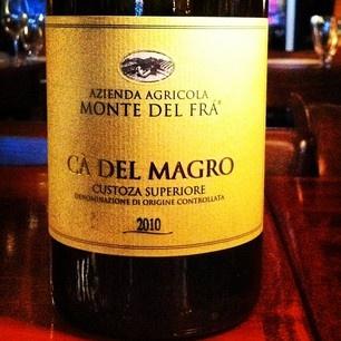 Cette semaine on accompagne notre repas avec un blanc de la Vénétie, le Ca del Magro de la maison Monte del Fra. Un assemblage de (attention) 8 cépages: garganega, tocai, trebbiano, cortese, chardonnay, riesling, malvasia et incrocio. ouf. Ce véritable cocktail de fruits donne un vin généreux et aromatique qui nous offre des arômes de pomme jaune, de fruits exotiques et de fleurs sauvages. Pourquoi ne pas l'essayer avec nos crevettes Black Tiger poêlées au limoncello!  Santé!