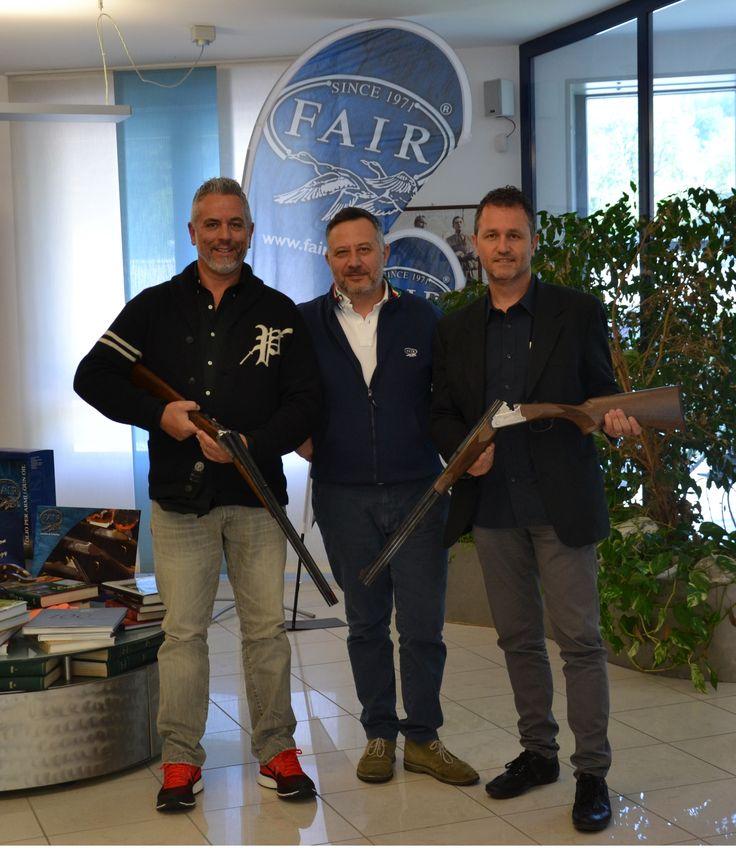 """Consegna dei fucili da parte di Luca ai responsabili del """"Club Italia 28/410"""" di cui F.A.I.R. ne è orgoglioso SPONSOR! Flavio con il modello F.A.I.R. Jubile Prestige Tartaruga Gold cal.28 e Giorgio con il modello F.A.I.R. Iside EM cal.410.  Delivery of shotguns by Luca to the managers of """"Club Italia 28/410"""" of which F.A.I.R.® is proud SPONSOR ! Flavio with F.A.I.R.® Jubile Prestige Tartaruga Gold model, cal.28 Giorgio with F.A.I.R.® Iside EM model, cal.410."""