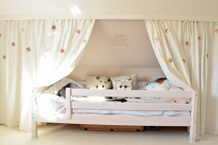 Ein Kleiderschrank hinter Vorhängen - die perfekte Lösung für Dachschrägen-Zimmer. Und eine Betten-Höhle wird's auch noch!