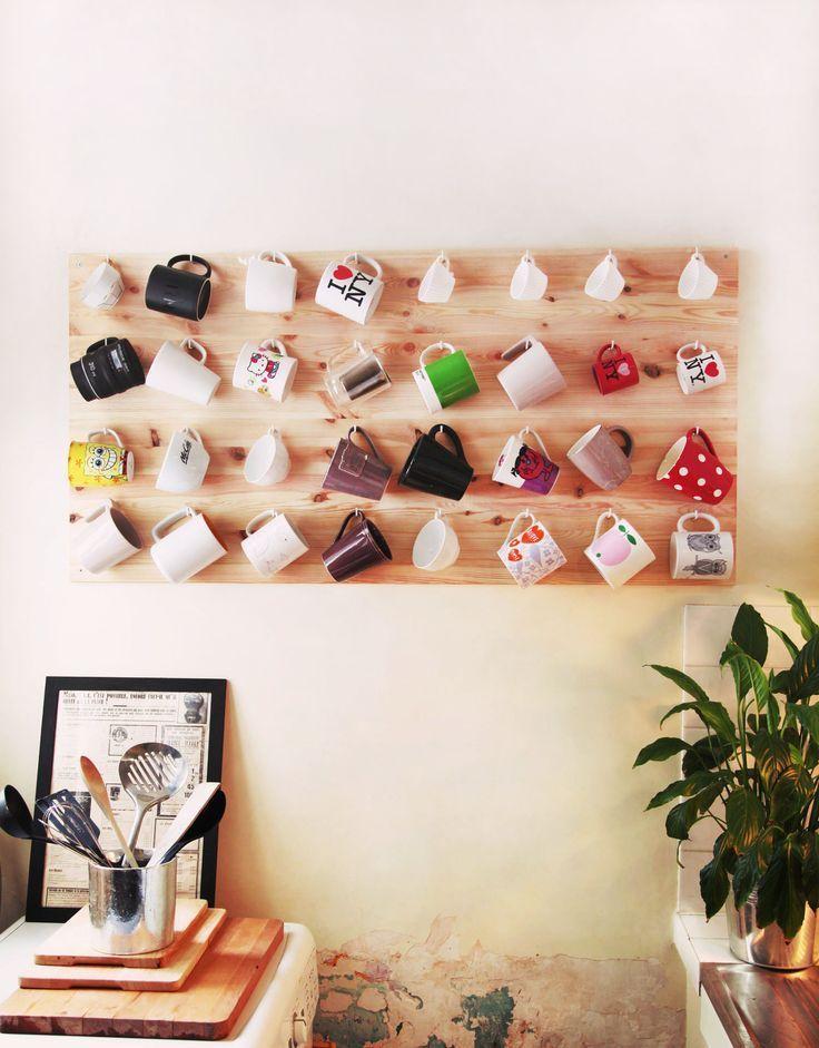 As canecas podem fazer parte da decoração! Um painel de madeira com ganchinhos dá conta do recado