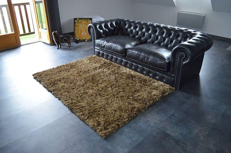 ambiance vintage garantie avec ce tapis pop a poils longs With tapis shaggy avec canapé cuir vieilli marron
