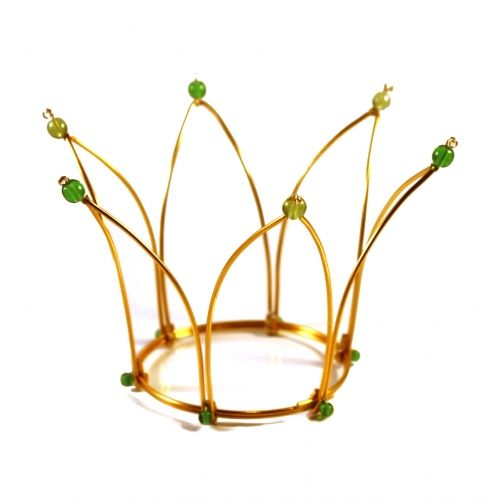 One more from Kronbruden. This golden princess style crown have green beads, making it perfect for a spring or summer wedding. English site www.thecrownbride.com.