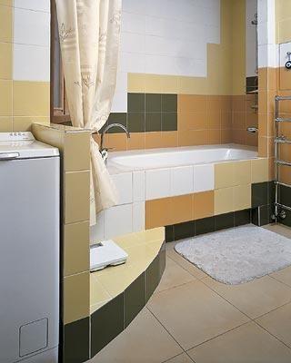 Ванная комната Разноцветная кафельная плитка подчеркивает геометрию помещения