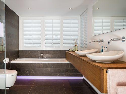 Als we het over design hebben dan denk ik aan het woord onderscheidend. Dit badkamerontwerp is onderscheidend door de bijzondere indeling. Strakke lijnen en symmetrie vormen samen een smaakvolle eenheid. Door vanuit verschillende invalshoeken in de badkamer te kijken, ontdekken we welke indeling het meest recht doet aan de beschikbare ruimte. In dit badkamerontwerp zien we bijvoorbeeld hoe mooi de nis achter het toilet zich verhoudt ten opzichte van het badkamermeubel aan de andere zijde…
