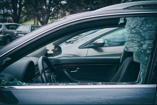 Salzburg - Maxglan: Seitenscheiben von zwei Autos eingeschlagen